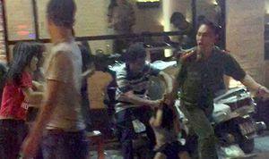 Đình chỉ Thiếu úy cảnh sát túm cổ áo kéo ngã phụ nữ