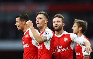 MC xinh đẹp của kênh Arsenal TV hứa lột đồ, đóng bỉm nếu đội nhà giành cúp