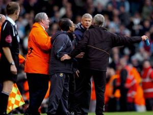Arsene Wenger và những lần 'bùng cháy' bên ngoài đường pitch