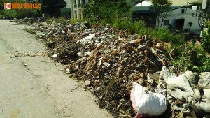 Phế thải xây dựng đổ trộm ngập đại lộ Thăng Long