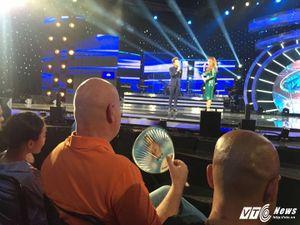 Ông xã Thu Minh ngồi ghế khán giả ủng hộ Janice Phương