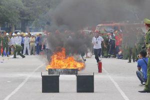 Hồi hộp xem cảnh sát phô diễn kỹ năng cứu người trong đám cháy