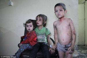 Khoảnh khắc lính cứu hộ Syria bật khóc khi cứu bé gái 1 tháng tuổi
