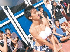 Sốc với trò... liếm đùi chào năm học mới của học sinh Hongkong