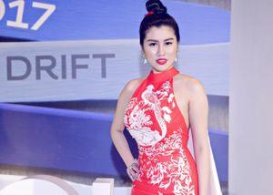 Emily Nhung gây shock với váy dài 2m tại Elle Show