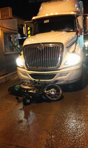 Tông chết người, xe container kéo lê xe máy dưới gầm bỏ chạy gần 1km