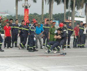 'Người đẹp' trổ tài cứu hỏa cùng lực lượng chữa cháy