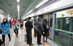 Tử vong vì kẹt giữa cửa chắn lên tàu và tàu điện ngầm