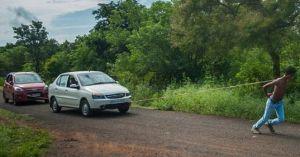 'Siêu nhân' Ấn Độ kéo 2 ô tô bằng vai nhẹ như không
