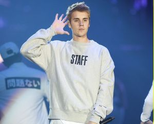 Justin Bieber bị người hâm mộ ngó lơ khi đang tâm sự