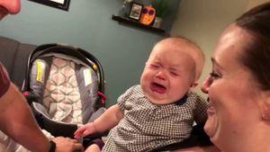 Phản ứng đáng yêu của em bé: bố mẹ cứ hôn nhau là khóc