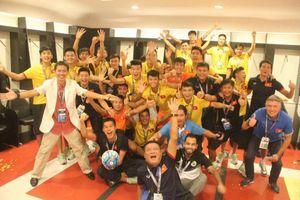 U19 Việt Nam tưng bừng ăn mừng trong phòng thay đồ