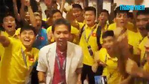 HLV Hoàng Anh Tuấn cùng đội 19 Việt Nam vui mừng sau khi dành vé vào World Cup U20 - 2017