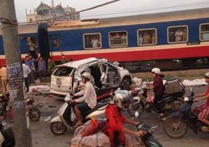 Nhiều người nằm đè lên nhau trong ôtô bị tàu hỏa tông