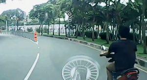 Cô gái bị cướp giật điện thoại khi đang lưu thông trên đường ở Sài Gòn