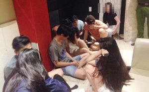 TPHCM: Cảnh sát đột kích khách sạn lúc rạng sáng, tạm giữ gần 80 dân chơi