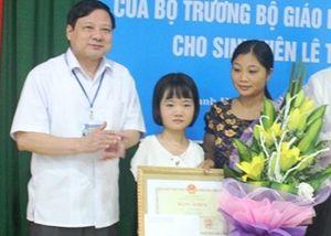 Bộ GD&ĐT tặng bằng khen vượt khó cho nữ sinh không tay