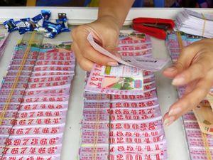 Vì sao người dân miền Tây đổ tiền vào vé số?