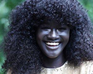 Hot girl châu Phi gây 'sốt' vì làn da đen hiếm thấy