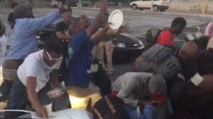 Tung 700 triệu cho người vô gia cư nhặt, chàng rapper ăn quả đắng từ cộng đồng mạng