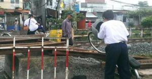 TPHCM: Nguy hiểm rình rập học sinh vượt rào băng qua đường sắt