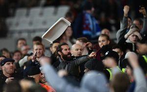 Fan Chelsea và West Ham choảng nhau tưng bừng ở Cúp Liên đoàn