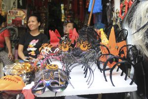 Đồ chơi ma quỷ tràn ngập phố cổ Hà Nội trước ngày Halloween