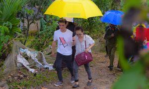 Mr. Đàm đội mưa đến tặng quà cho bà con vùng lũ Hà Tĩnh