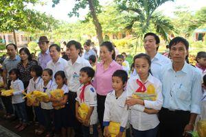 Công đoàn Tổng Cty Giấy Việt Nam trao 30.000 cuốn vở cho học sinh vùng lũ Hà Tĩnh