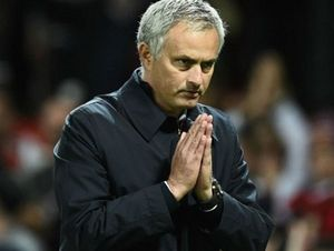Jose Mourinho cúi đầu, chắp tay xin lỗi CĐV Man United về trận thua 0-4 trước Chelsea