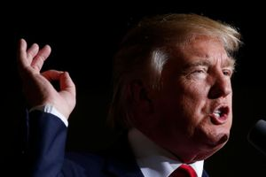 Donald Trump yêu cầu dừng bầu cử, tự 'phong' mình làm Tổng thống