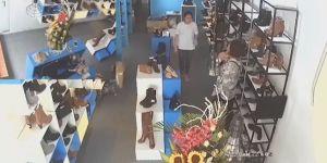 Nữ quái lừa nhân viên mới, trộm sạch tiền trong cửa hàng