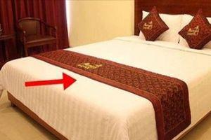 Tại sao khách sạn nào cũng phải trải một mảnh vải ngang giường?
