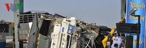 Xe tải đâm sập trạm thu phí Trung Lương, 2 người bị thương nặng