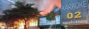 Bơm nước sông Tô Lịch để dập đám cháy phát ra từ cửa hàng thịt chó