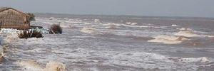 Đi tắm biển, 2 bé trai bị sóng cuốn trôi