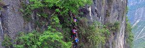 Hãi hùng cảnh học sinh Trung Quốc leo vách đá đi học