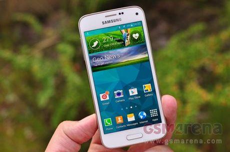 Samsung Galaxy S7 Mini se doi dau voi iPhone SE - Anh 1