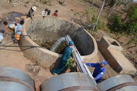 Bộ đội chở nước giúp dân giải hạn cho bà con xã H'Bông - huyện Chư Sê