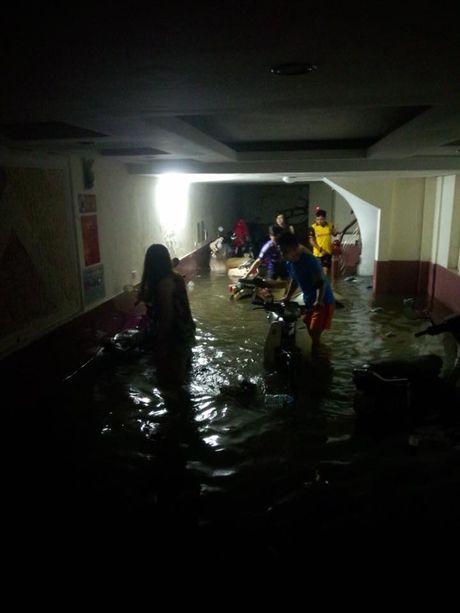 Trắng đêm hì hục tát nước, giải cứu xe bị ngập