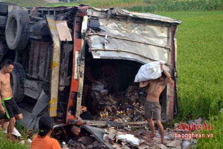 Xe tải cùng hàng chục tấn nước ngọt bị húc 'bay' xuống ruộng ở Nghệ An