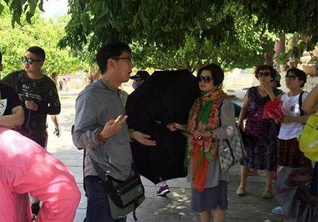 Huong dan vien du lich Trung Quoc xuyen tac lich su Viet Nam? - Anh 1