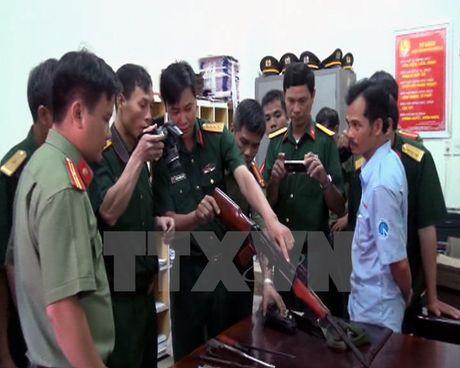 Quang Nam: Phat hien mot xe khach cho day sung ong, luu dan - Anh 1