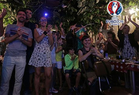 CHUM ANH: Bo Dao Nha 'vo oa' trong niem vui vo dich EURO - Anh 12