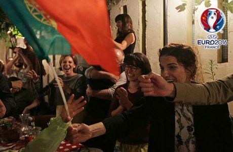 CHUM ANH: Bo Dao Nha 'vo oa' trong niem vui vo dich EURO - Anh 13