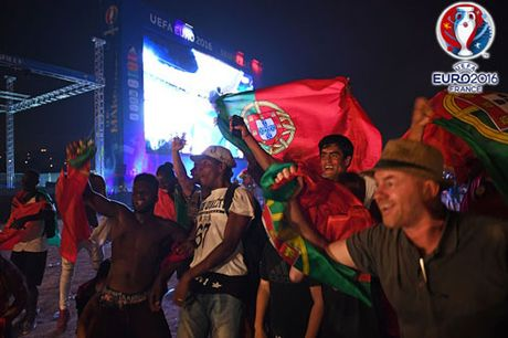 CHUM ANH: Bo Dao Nha 'vo oa' trong niem vui vo dich EURO - Anh 14