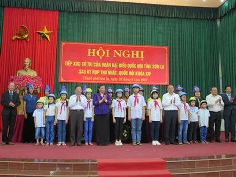 Honda Viet Nam tang 1.000 mu bao hiem cho tre em va nguoi dan tinh Son La - Anh 1