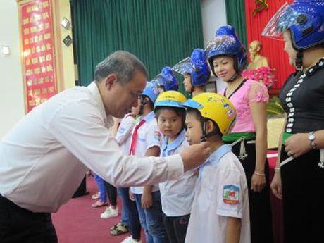 Honda Viet Nam tang 1.000 mu bao hiem cho tre em va nguoi dan tinh Son La - Anh 2