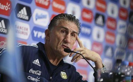 HLV Argentina noi cau voi cach Barca 'cham soc' Messi - Anh 1