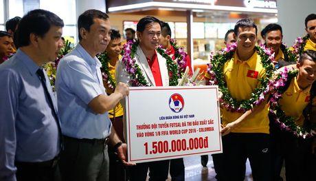 Tuyen Futsal Viet Nam nhan thuong nong 1,5 ty ngay tai san bay - Anh 1